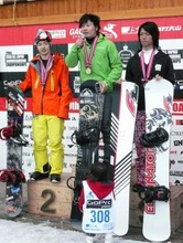 全日本選手権でクロス種目の表彰台に上がった槙枝さん(中央)=3月8日、長野県