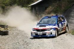 2013年の久万高原ラリーで0カーをドライブする新井敏弘。