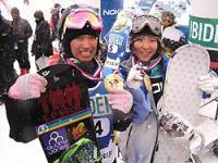 W杯初優勝を果たした藤田(左)と2位に入った山岡=岐阜県郡上市で2008年2月23日、武藤佳正撮影