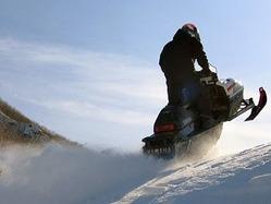 スノーモビルのコースは、スキー場などのゲレンデの近くに併設されている場合も多いとか。ちなみに、安全のため、ゲレンデへのスノーモビルの乗り入れは、大半のスキー場で禁止されている。うっかり入り込まないように注意しよう