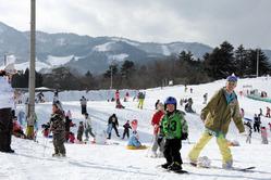 大勢の家族連れでにぎわうスキー場=2013年1月、豊岡市日高町、アップかんなべ