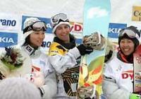 2位に入った山岡(左)は表彰台の上で優勝したペスコ(中央)と3位の中島と笑顔(撮影・北尾洋徳)