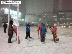 17日、日本の太平洋沿岸をこのほどまれに見る豪雪が襲ったが、東京・渋谷ではスキーをする人まで現れた
