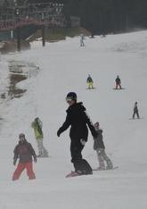 初滑りを楽しむ人たち=新見市・いぶきの里スキー場