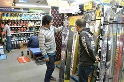 スポーツ用品店ではスキー用のブーツや板が昨シーズンを上回る勢いで売れている=東京都千代田区の「ワンゲルスポーツ」(写真:産経新聞)