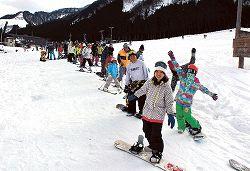 列をつくってリフトの順番を待つスノーボーダーやスキー客=富山市の立山山麓スキー場らいちょうバレーエリア