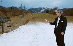 近年の暖冬傾向に漏れず、今年もスキー場は雪不足。各地でオープンを遅らせるなどの対応を強いられている。「とにかく雪を」と関係者は期待するが、今季は果たして—。℃ハ真:オープンを延期した「マウントレースイスキー場」で、人工降雪機で作った雪の状態を確かめる酒井義光支配人=13日、北海道夕張市