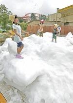 雪の上で遊ぶ子どもたち=裾野市須山のぐりんぱ