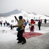 春節(旧正月)を迎えた中国では、スキー場に出かける人が増えている。なかでも、北京市近郊にある13カ所のスキー場を訪れた人は、2月1日だけで計1万6100人に達した。 <サーチナ&CNSPHOTO>