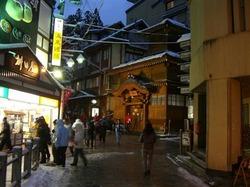 野沢温泉の外湯「大湯」。スキー客が冷えた体を温めにやってくる(野沢温泉提供)