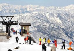月山スキー場がオープンし、初滑りを楽しむ人たち。奥は朝日連峰=山形県西川町で2010年4月10日午前8時50分、丸山博撮影