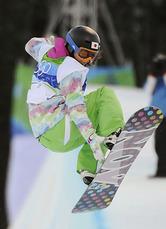 スノーボード女子ハーフパイプ準決勝の2回目でエアを決める山岡聡子。準決勝で敗退した(18日、バンクーバー)