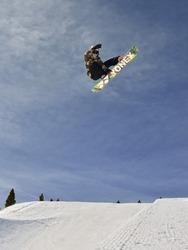 スノーボードをしているティム-ケビン・ラバニャック