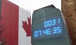 1月12日、開幕まで1カ月となったバンクーバー冬季五輪だが、関係者にとって「交通手段」と「天候」が頭痛の種になっている。写真は五輪開催までの残り時間を示すカウントダウン時計(2010年 ロイター/Andy Clark)