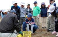 ユリの球根の植え方を習う今津北小の4年生たち(高島市・びわこ箱館山ゆり園)