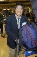 トリノから帰国したスノーボード・ハーフパイプ日本代表の成田童夢選手=16日午後、成田空港