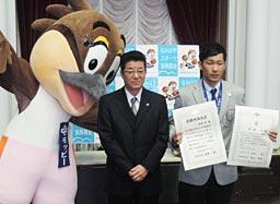 感動大阪大賞を受け取った平岡選手(右)と松井知事=13日午前、大阪府庁