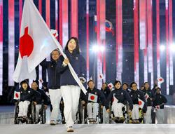 ソチ冬季パラリンピックの開会式で、旗手の太田渉子を先頭に入場する日本選手団(7日)=代表撮影共同