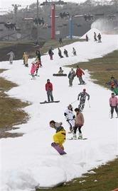 今年、日本で一番早くオープンした「スノータウンYeti」。スキーヤーらが初滑りを楽しんだ=10月15日、静岡県裾野市