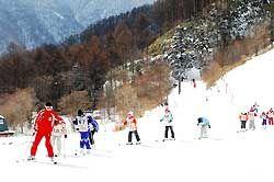 インストラクターに導かれて滑走を楽しむ子どもたち=阿智村智里の「ヘブンスそのはら」