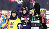 女子ハーフパイプ 表彰台を独占した、優勝の山岡聡子(アネックス、中央)、2位の中島志保(桃源郷ク、左)、3位の岡田良菜(フッド)=20日、カナダ・ストーンハム(REUTERS)