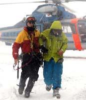 長野県警ヘリで無事救出されたスノーボーダー(右)=8日午前、白馬村で