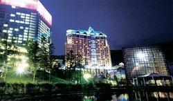 アジアで初めてFIS総会が開かれる江原ランドコンベンションホテル(左)とカジノがある江原ランドホテル(中)の夜景。昨年オープンした地上23階規模のコンベンションホテルは客室250室に大型コンベンションホールと宴会場、イベントホール、フィットネス、スパなどを持つ(写真=ハイワンリゾート提供)。