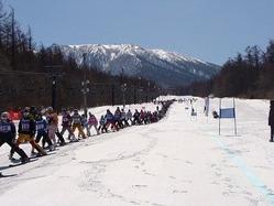 晴天の中290人が同時に滑走、列の長さは623メートルに