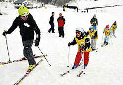 スキーを楽しむ児童ら