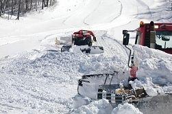 大雪に見舞われ、ゲレンデの整備に追われた軽井沢プリンスホテルスキー場=16日、軽井沢町