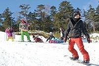 今季の営業が始まったおんたけ2240で、スノーボードを楽しむ若者たち