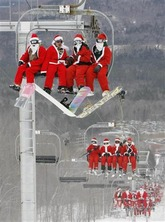 5日、メーン州のスキー場に大集合したサンタ姿のスキーヤー、スノーボーダー。サンタ姿だとリフトが無料になる(AP)