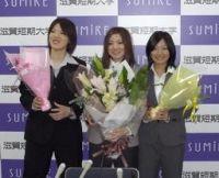 母校の壮行会に参加した岡田良菜(中央)=滋賀短期大学付属高校