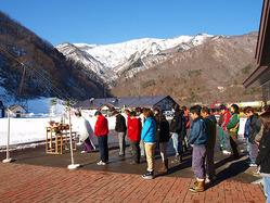 今日も雲ひとつない青空が一日中広がりました。今日はオープン予定でしたが一昨日から新たな雪が降らず、12/1オープンには間に合いませんでした。今日は2011シーズンの安全祈願祭が執り行われ、スタッフ一同、更に気を引き締めました!