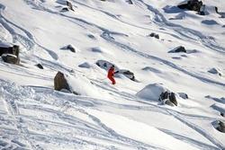 仏アルプスの高級スキーリゾート、メリベルで、元フォーミュラワン(F1世界選手権)ドライバーのミハエル・シューマッハ氏がスキー事故を起こした2コース間にある岩場を滑降する男性(2013年12月31日撮影)。