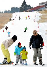 六甲山人工スキー場がオープンし、さっそく初滑りを楽しむ人たち=8日午前、神戸市灘区、諫山卓弥撮影