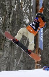 スノーボード世界選手権のハーフパイプ予選を前に調整する青野令=ストーンハム(共同)