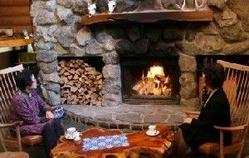 火が入った暖炉の前はポカポカと暖かい