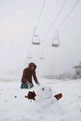 今季初めて積雪があった五ケ瀬ハイランドスキー場。一面の銀世界に訪れた人も大喜びで雪遊びを楽しんでいた=18日正午ごろ、宮崎県五ケ瀬町(撮影・後藤潔貴)