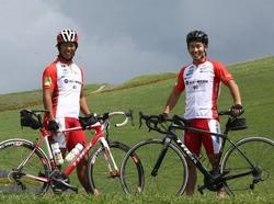 被災地支援の継続や、人と人とのつながりの大切さを呼びかけながら北海道から東京まで自転車で巡る吉岡健太郎(左)と斯波正樹=ISTPictures提供
