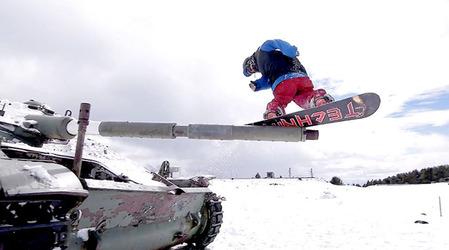 Adri Fernandezが戦車にスノーボードトリックをしている写