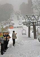 リフトを動かしてスキー場開きを祝う関係者たち(京丹後市弥栄町・スイス村スキー場)