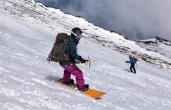 スノーボードで斜面を下る登山者。滑落停止のため、手にはピッケルを握って滑っていた=2014年5月17日、静岡県富士宮市(早坂洋祐撮影)