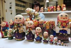 展示されるロシアの民芸品マトリョーシカ=高砂市伊保1
