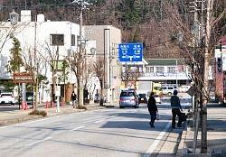 凱旋パレードが行われる白馬村の県道白馬岳線。奥がJR白馬駅