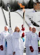 ジャンプ台前に到着し、聖火を掲げ歓声をあげるランナーたち=カナダ・ウィスラーの五輪公園で2010年2月5日午後1時15分、手塚耕一郎撮影