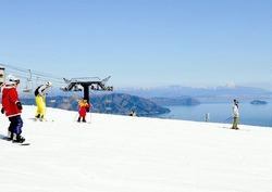 竹生島や伊吹山を眺めながら、滑りを楽しむ人ら(箱館山スキー場で)
