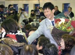 壮行会に訪れた市民と握手する平岡選手(御所市で)