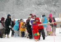 マキノウインターフェスティバルで雪上綱引きを楽しむ子どもたち(高島市・マキノスキー場)