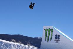 2014年ウィンターXゲーム、スノーボード・スロープスタイル。試技を行う選手(2014年1月25日撮影、資料写真)。